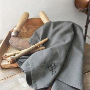 harmaa keittiöpyyhe monogrammi